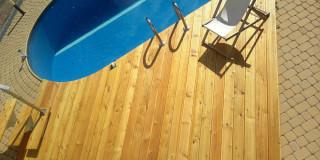 drewno_egzotyczne_przy_basenie